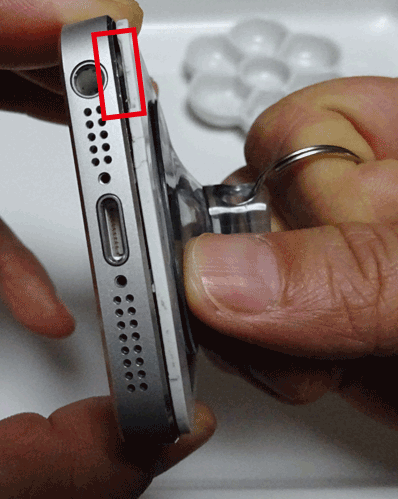iPhoneのフロントパネルを吸盤で引っ張り隙間を作る