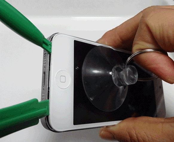 テコを使ってiPhoneの隙間を大きくし、もう一本テコを差し込む